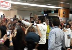 Fiumicino, fan in delirio per l'arrivo dell''attore turco Can Yaman Non appena le porte del gate si sono aperte, il pubblico ha estratto telefonini e cellulari, disposto a tutto pur di avere un selfie con lui - Ansa