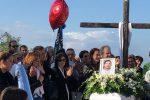 Lacrime e musica per salutare Alessandro, l'abbraccio straziante fra i genitori delle vittime della Statale 107