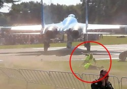 Il caccia spazza via spettatori e operai sulla pista Il fuori programma al Sanicole Airshow in Belgio - CorriereTV