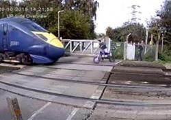 Il treno sfiora il motociclista al passaggio a livello: salvo per miracolo Le immagini della videosorveglianza dalla contea del Kent, in Inghilterra - CorriereTV