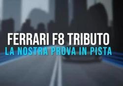 In pista con la Ferrari F8 Tributo Tra i cordoli di Fiorano con l'auto che racconta più di vent'anni di storia delle vetture V8 a motore posteriore-centrale di Maranello. Una storia cominciata nel 1975 con la 308 GTB, l'auto di servizio dell'investigatore privato Magnum P.I....