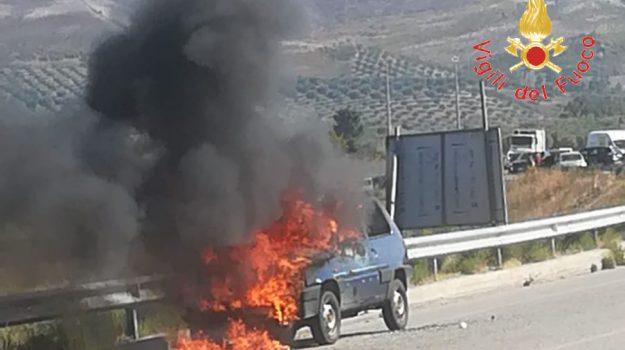 cropani, incendio auto, Catanzaro, Calabria, Cronaca