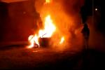Auto a fuoco a Badolato, fiamme vicino alle abitazioni