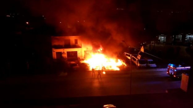 Uno degli incendi appiccati a Castrovillari dal gruppo degli zingari di Cassano