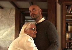 Joe Bastianich cantautore, in anteprima il video dedicato alla nonna Da oggi in radio «Nonna (97 years)», una commuovente ballad dedicata a nonna Erminia con immagini recenti e i filmini d'epoca della famiglia - CorriereTV