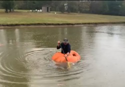 La zucca da oltre 400 chili trasformata in una canoa Un agricoltore del Tennessee, Justin Ownby, dopo averla coltivata ha deciso di testarla nel laghetto della sua fattoria - Dalla Rete