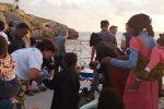Nuovo sbarco a Lampedusa, arrivati 60 migranti: tante donne e bambini - Foto