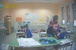 Il fermo immagine del video della finanza mostra i maltrattamenti da parte della maestra