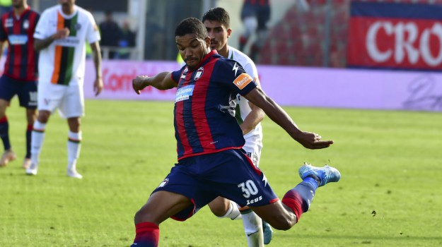 crotone, serie b, Junior Messias, Catanzaro, Calabria, Sport