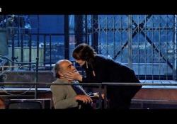 Monica Bellucci bacia Alessandro Haber: a «Maledetti Amici Miei» il remake della scena cult di Manuale d'Amore 2 L'attrice ha riproposto la scena più famosa del film di Veronesi che interpretò con Scamarcio - Corriere Tv