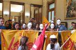 """Famiglie sfrattate a Messina, protesta a Palazzo Zanca: """"Ci trattate come fantasmi"""""""