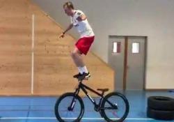 Questo sì che è un percorso da campione Lo svizzero Andri Ragettli compie una serie di straordinarie acrobazie in palestra - CorriereTV