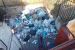 Reggio piomba in una nuova emergenza rifiuti, roghi in mezza città