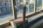 Finestre della scuola riparate con lo spago, la denuncia social dei genitori a Vibo Marina