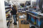 Reggio, sequestrati migliaia di articoli contraffatti in un negozio cinese - Foto