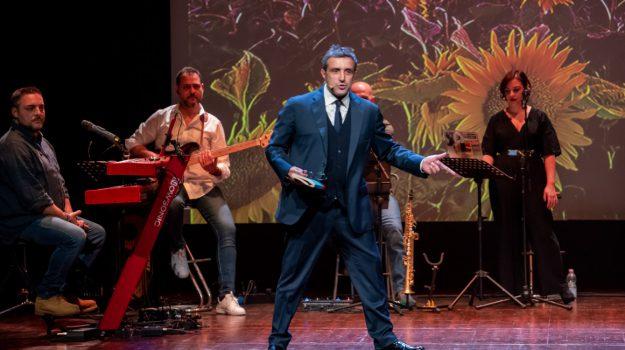 applausi, pubblico, spettacolo, teatro, Flavio Insinna, Messina, Sicilia, Cultura