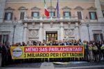 Uno striscione esposto dai parlamentari M5S davanti alla Camera dopo il varo della riforma che riduce il numero degli eletti