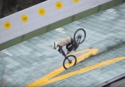 Tenta il salto in bici dal trampolino da sci: l'atterraggio è brutale Il campione di downhill Johannes Fischbach voleva stabilire il record mondiale di salto con una mountain bike - CorriereTV