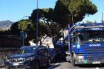 Messina, furgone urta le auto in sosta: traffico paralizzato in viale Regina Elena