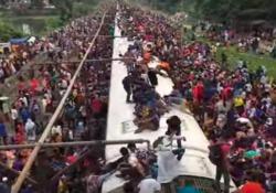 «Tutti in carrozza!»: quelli che salgono sul treno, letteralmente La dura (e pericolosa) vita dei pendolari in Bangladesh - CorriereTV