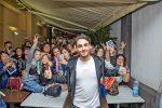 La pioggia non ferma i fan di Alberto Urso, tanti in fila a Messina per incontrarlo - Foto