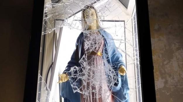 Messina, vandali in azione nella chiesa di Camaro: danni alla statua della Madonna - Foto