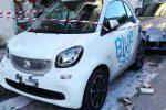 Paura a Messina, crollano pezzi di cornicione: in frantumi il tetto di un'auto - Foto