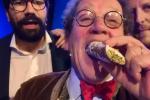 Le offese di Daverio, un cannolo per il critico ed è pace fatta con i siciliani - Video