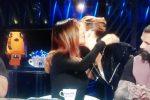 Emma Marrone stupisce in tv e bacia Belen, sua ex rivale in amore