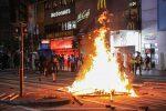 Ad Hong Kong torna la guerriglia, danni ingenti alle stazioni della metro
