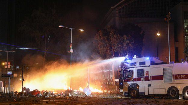 Proteste ad Hong Kong, frecce sugli agenti: la polizia risponde aprendo il fuoco