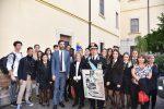 Gli alunni dell'istituto Antonello con la preside Laura Tringali all'inaugurazione della mostra sul generale Dalla Chiesa con il sottosegretario Alessio Villarosa, il prefetto Maria Carmela Librizzi e il generale Luigi Robusto