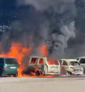 Rogo di auto alla stazione di Milazzo, in fiamme cinque mezzi: forse un corto circuito