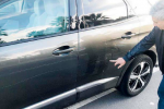 Il sindaco Miliadò indica i danni alla sua auto
