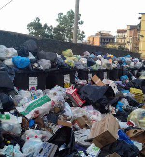 """Rifiuti a Reggio, è il giorno della gara """"ponte"""": lavoratori Avr col fiato sospeso"""