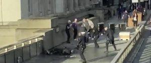 Passanti accoltellati a Londra, torna l'incubo terrorismo: due morti, ucciso anche l'aggressore