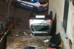Scene da film d'azione a Rossano, auto si ribalta davanti al Duomo dopo un inseguimento
