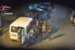 In 40 su un furgone e poi al lavoro per 12 ore in campagna: 7 fermi per caporalato ad Agrigento - Video