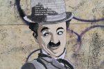 Artista misterioso incolla i suoi disegni sui muri sporchi di Crotone