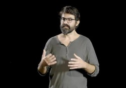 """Claudio Autelli, il regista dello spettacolo Spettacolo """"Dipende da Noi"""", l'interpretazione del regista per la messa in scena - Corriere Tv"""