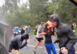 Corsa sotto la tempesta: una forte grandinata si abbatte sui corridori L'improvvisa tempesta durante la mezza maratona Behobia - San Sebastián in Spagna - CorriereTV