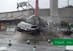 Crash test a 75 km/h contro un palo: ecco cosa succede all'auto La Dekra, la più grande azienda di prove automobilistiche in Germania, ha diffuso le immagini di un esperimento in slow motion - Corriere Tv