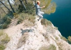 Da non imitare: corre lungo la scogliera e salta per 25 metri nel lago Lo stunt di Richard Permin, 34 anni, sul Lac d'Esparron, in Francia - CorriereTV