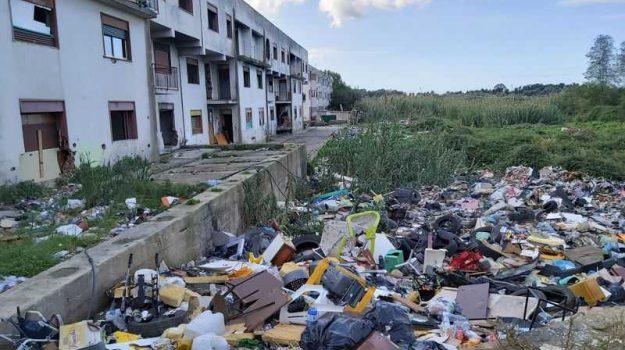 Emergenza nella Ciambra di Gioia Tauro: i bambini vivono tra erbacce, rifiuti e ratti - Foto - Gazzetta del Sud - Edizione Reggio Calabria
