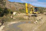 Ruba inerti alla guida di un escavatore, arrestato imprenditore di Roccabernarda