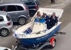 Foggia, sposi in barca: il corteo matrimoniale a bordo del motoscafo La coppia ha sfilato per le strade della città non a bordo di una carrozza o di un'auto di lusso, ma di una barca - Corriere Tv