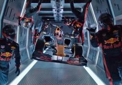 Il pit stop dei meccanici Red Bull in assenza di gravità Il cambio gomme in totale assenza di gravità a 10mila metri di altitudine - CorriereTV