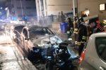Notte di fuoco a Catanzaro, nell'incendio coinvolte quattro auto e una moto - Foto