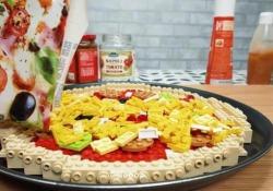 La pizza fatta di mattoncini Lego: dalla pasta alla cottura in forno, il video in stop motion che cattura L'esperiemento di un appassionato che ha utilizzato 3.300 pezzi per realizzare fedelmente una pizza completa di ogni ingrediente - Corriere Tv
