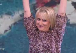 La risposta di Luciana Littizzetto al meme della Meloni: «Sono Luciana, sono una donna...» Il rap scatenato sul tavolo di cristallo di CheTempoCheFa. Fabio Fazio balla al ritmo della nuova hit - Corriere Tv